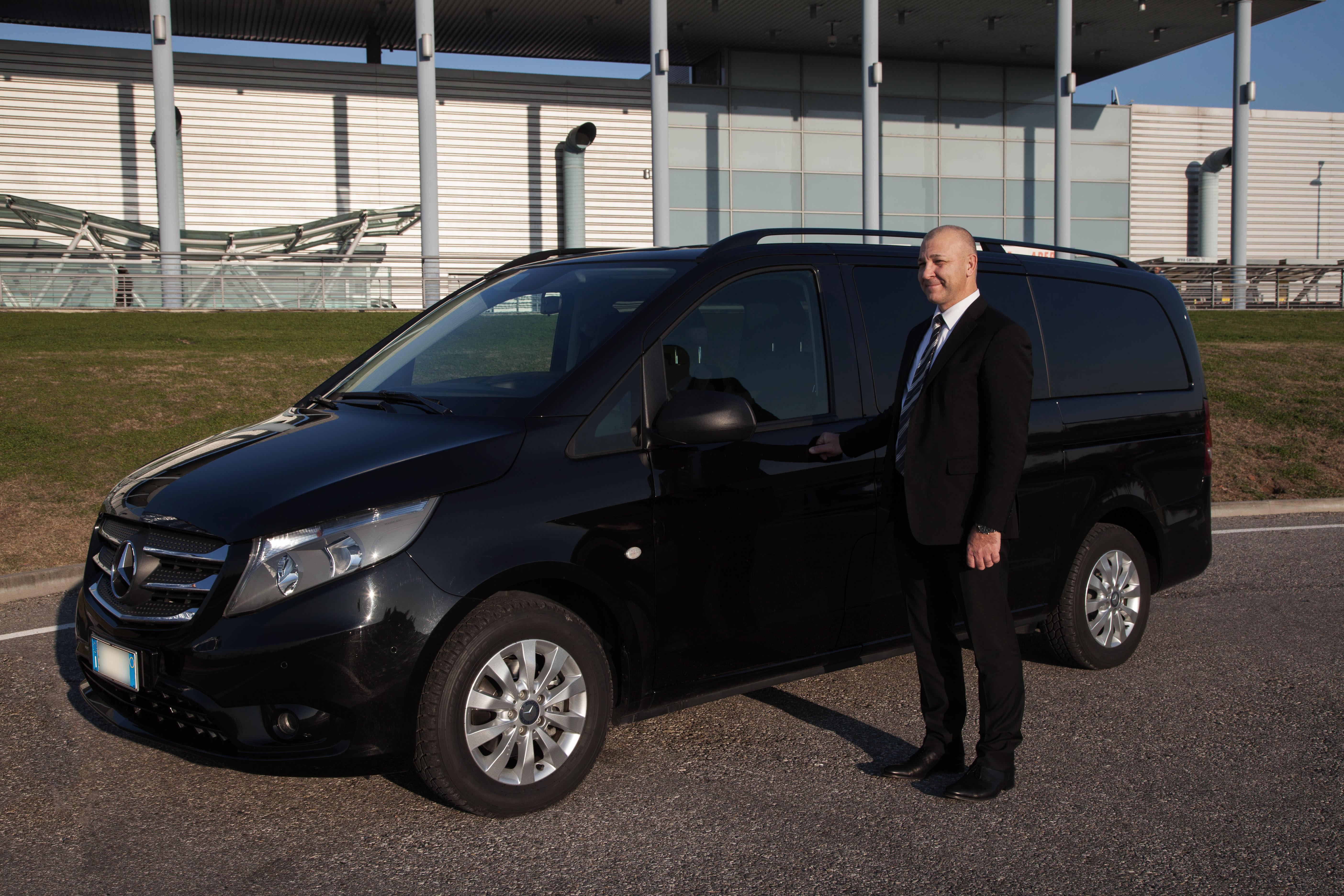 Alessandro Ruzzi offre servizi professionali di Noleggio Con Conducente.