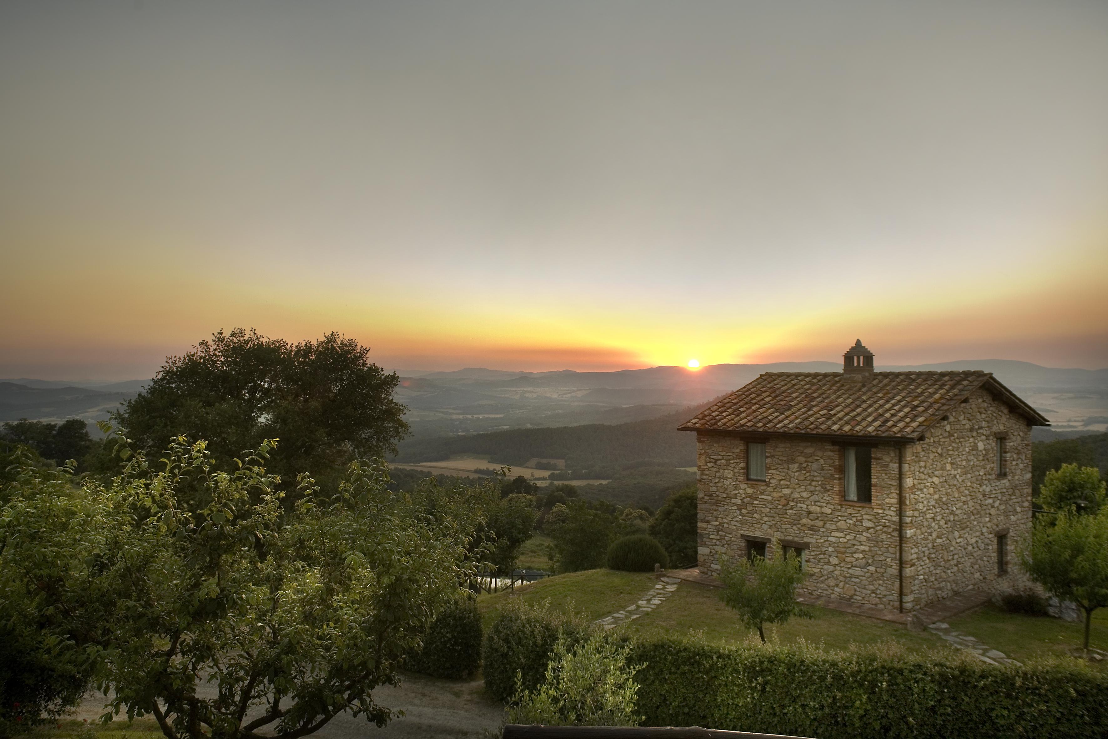 La nostra casa vacanze è situata su una collina nel cuore nella campagna toscana.