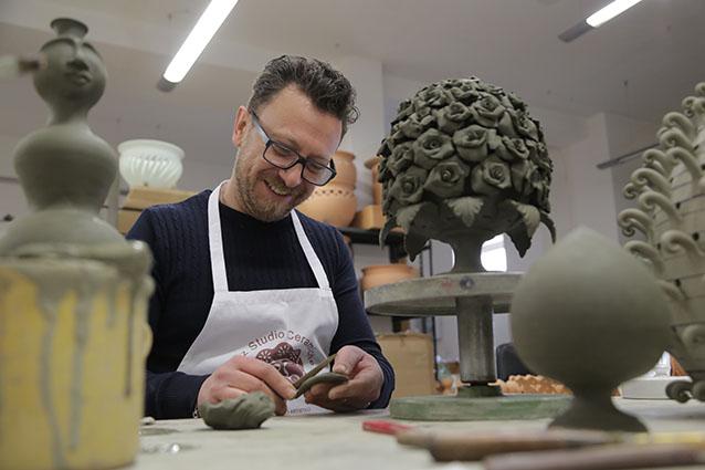 Poz Studio Ceramiche: artigianalità e dedizione nel tempo per ogni singolo pezzo.