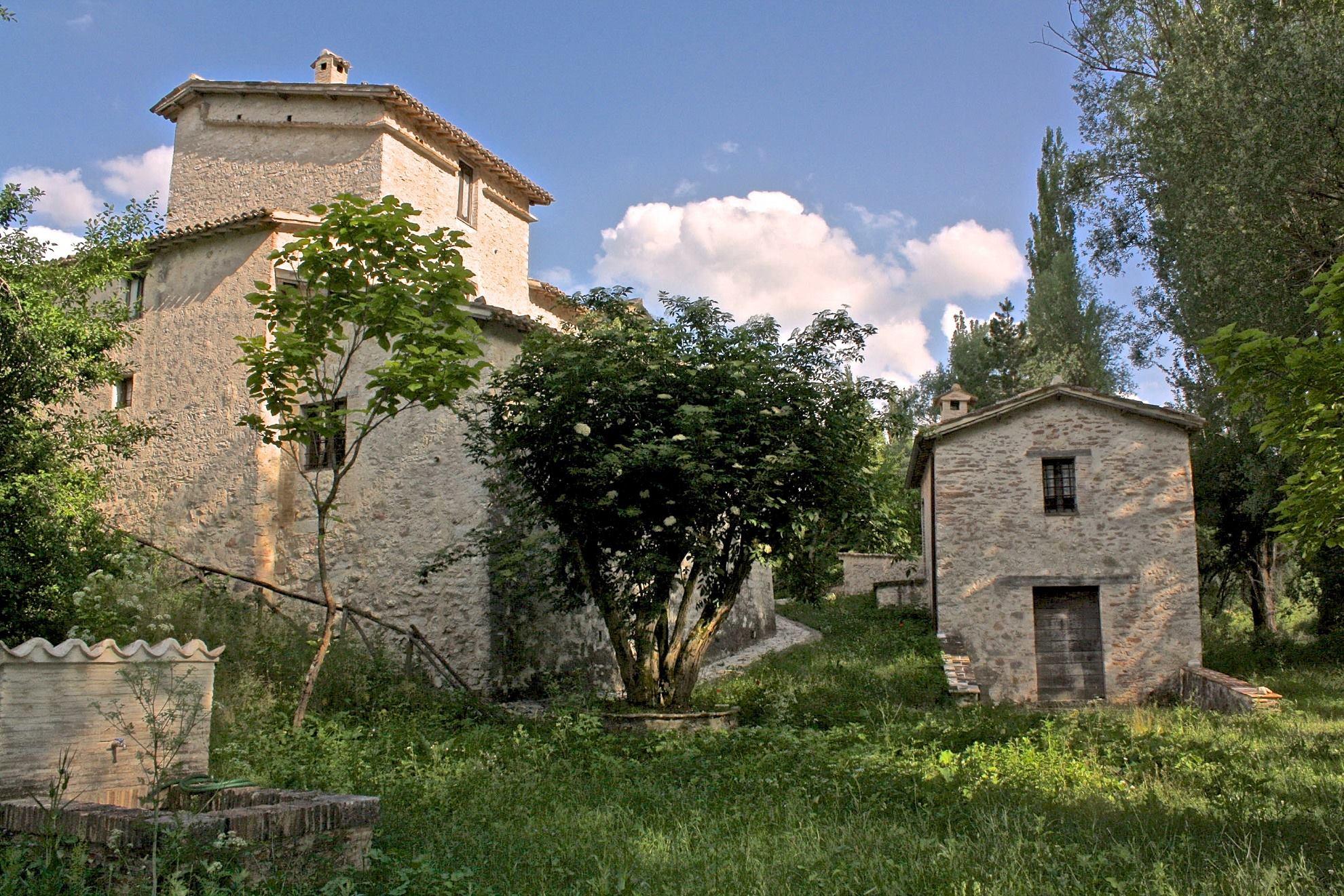 Agriturismo Casale Maggi: un antico casolare circondato da un bosco di 22 ettari attraversato dal fiume Menotre.