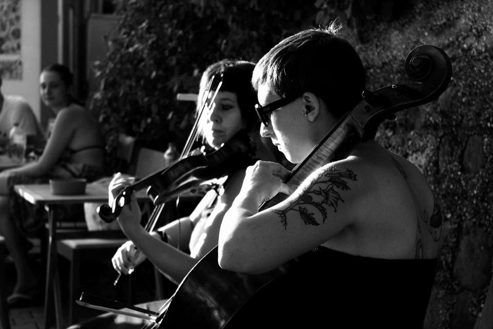 Zilansky violin&cello: un viaggio nella muisca dagli anni  80 ad oggi, arrangiata per violino e violoncello.
