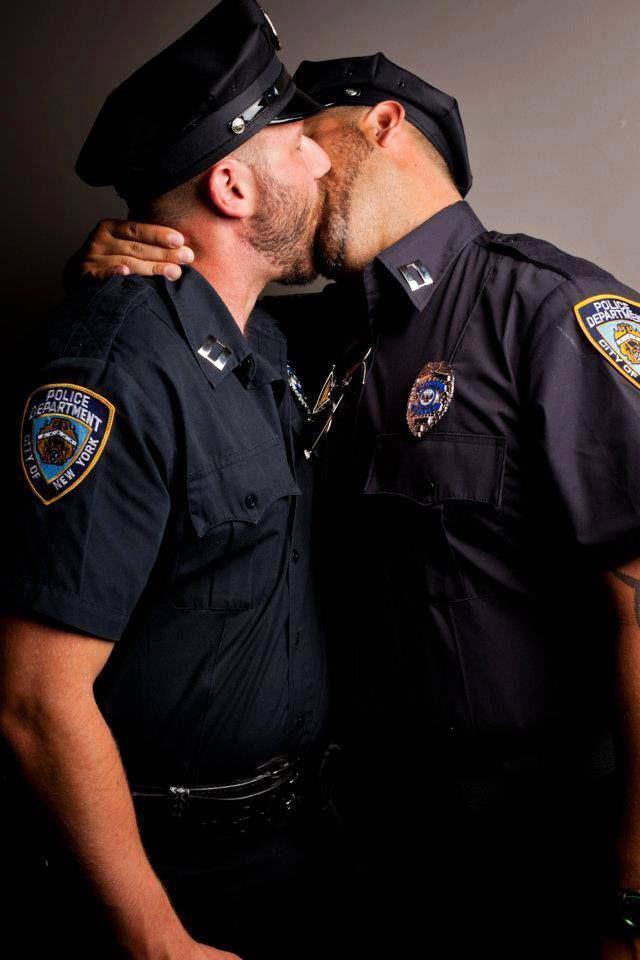 """Servire, ma non in silenzio. """"Dell ordine"""" o """"armate"""", le """"forze"""" si tingono di arcobaleno"""